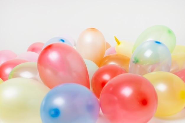 Vista frontal balões de aniversário colorido fundo close-up Foto gratuita