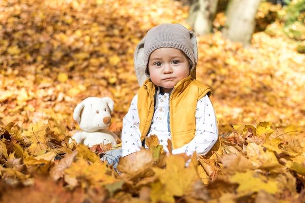 Vista frontal bebê fofo com seu brinquedo Foto gratuita
