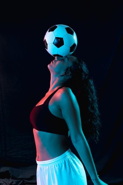 Vista frontal cabe mulher no sportswear Foto gratuita