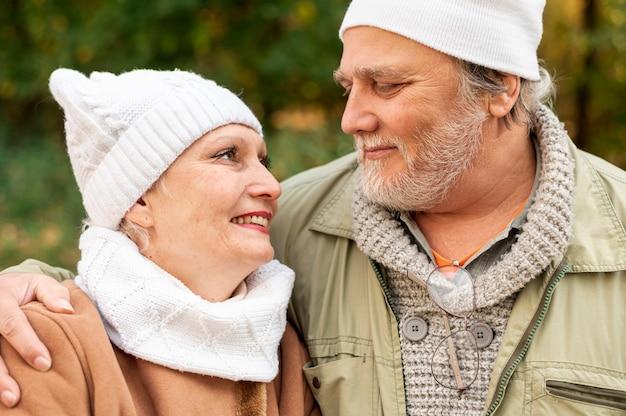 Vista frontal casal sênior, olhando um ao outro Foto gratuita