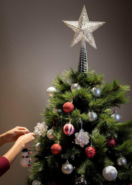 Vista frontal da árvore de natal com decoração estrela Foto gratuita