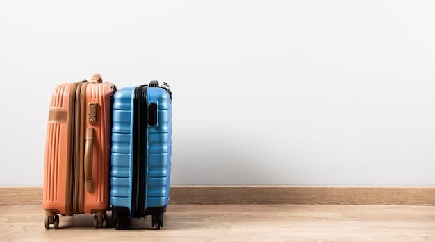 Vista frontal da bagagem com espaço de cópia Foto gratuita