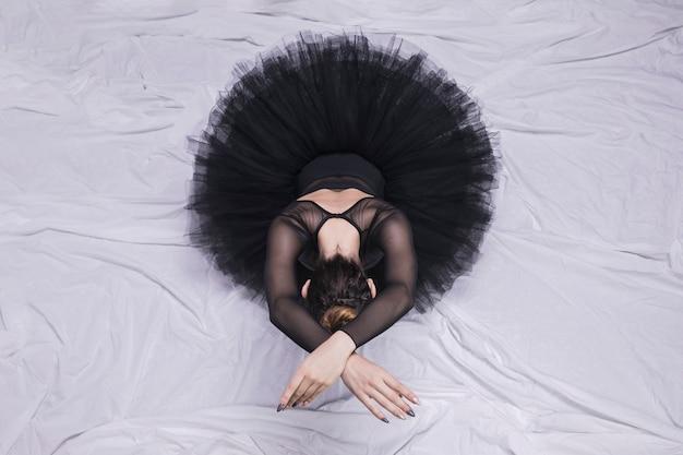 Vista frontal da bailarina sentado posição Foto gratuita