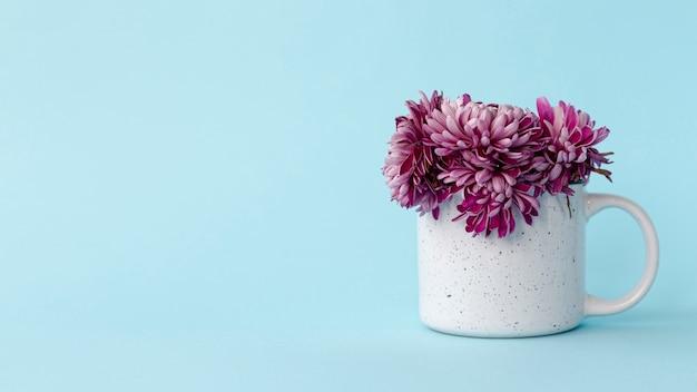 Vista frontal da caneca com flores e cópia espaço para dia dos namorados Foto gratuita