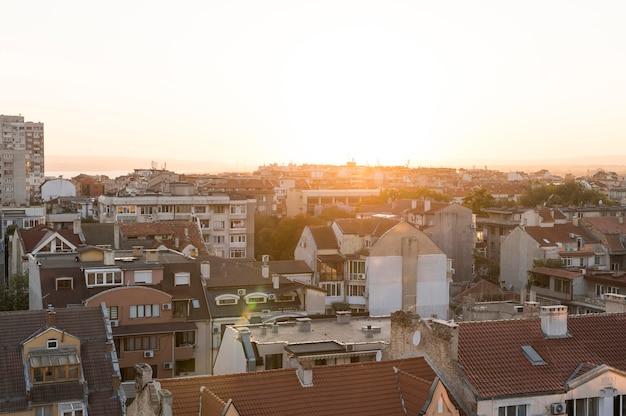 Vista frontal da cidade com prédio ao pôr do sol Foto gratuita