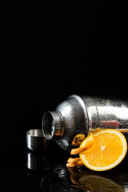Vista frontal da coqueteleira com espaço laranja e cópia Foto gratuita