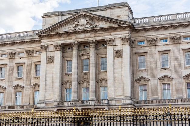 Vista frontal da fachada do palácio de buckingham em londres Foto Premium