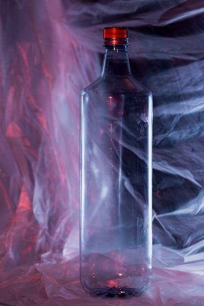 Vista frontal da garrafa de plástico de lixo Foto gratuita