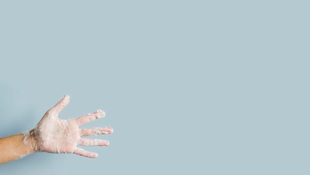 Vista frontal da mão com espuma de sabão Foto gratuita