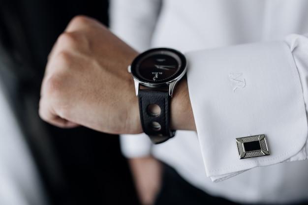 Vista frontal da mão do homem com elegante relógio e manga Foto gratuita