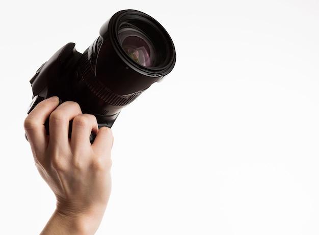 Vista frontal da mão segurando a câmera Foto gratuita