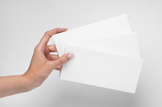 Vista frontal da mão segurando duas tabletes de chocolate com embalagem Foto gratuita