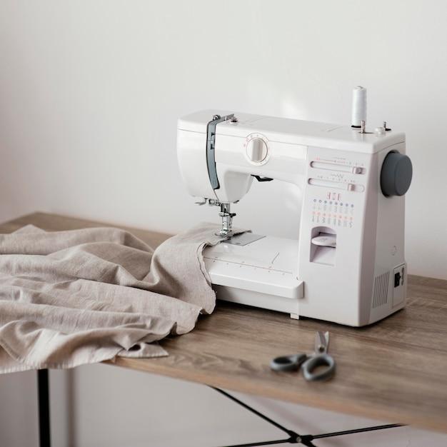 Vista frontal da máquina de costura na mesa Foto Premium