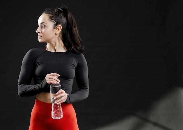 Vista frontal da mulher bonita com espaço de cópia Foto gratuita