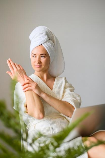 Vista frontal da mulher, desfrutando de um dia de spa em casa Foto gratuita