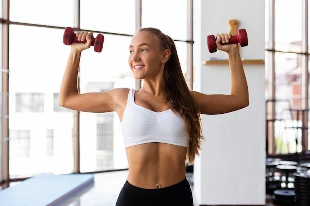 Vista frontal da mulher exercitando Foto gratuita