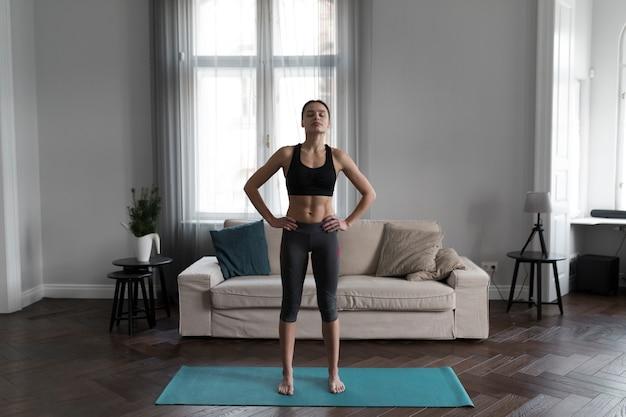 Vista frontal da mulher se preparando para exercícios em casa Foto gratuita