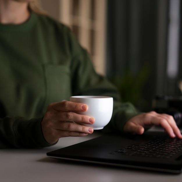 Vista frontal da mulher segurando uma xícara de café Foto gratuita