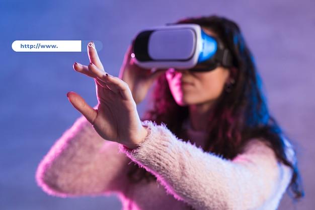 Vista frontal da mulher usando fone de ouvido de realidade virtual Foto gratuita