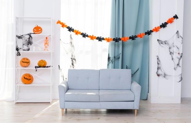 Vista frontal da sala de estar com decoração de halloween Foto gratuita