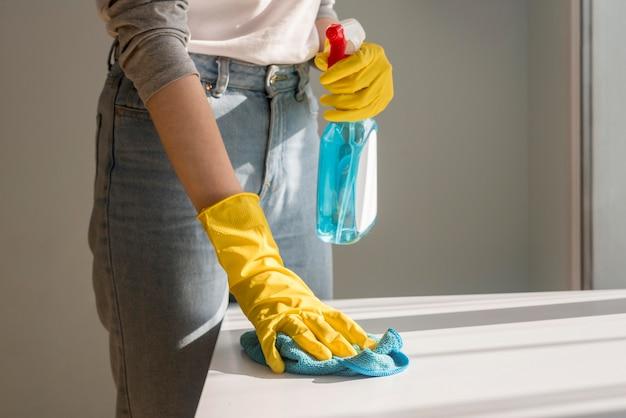 Vista frontal da superfície de limpeza de mulher Foto gratuita