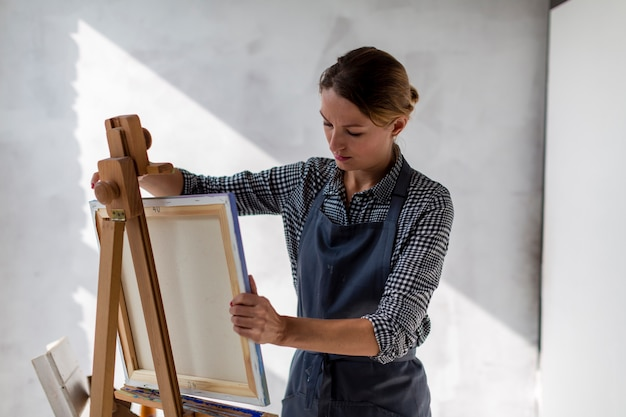 Vista frontal da tela do artista em estúdio Foto gratuita