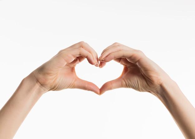 Vista frontal das mãos mostrando o sinal do coração Foto gratuita
