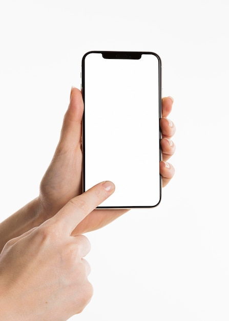 Vista frontal das mãos usando smartphone Foto gratuita
