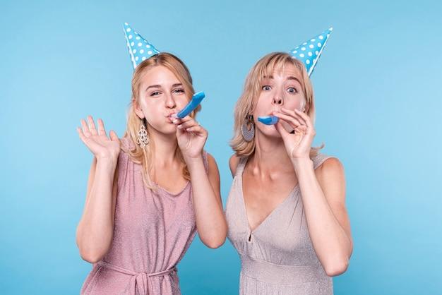 Vista frontal das mulheres comemorando Foto gratuita