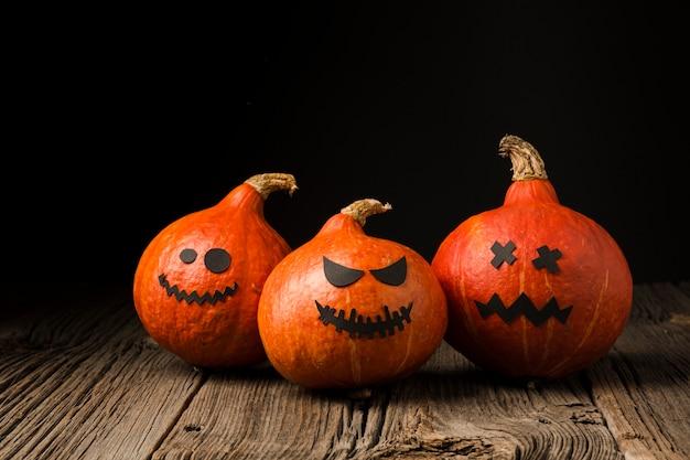 Vista frontal de abóboras assustadoras de halloween Foto gratuita