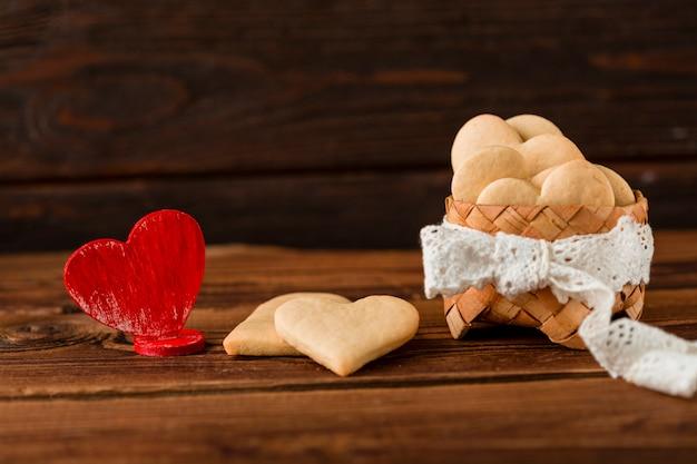 Vista frontal de biscoitos em forma de coração na cesta Foto gratuita