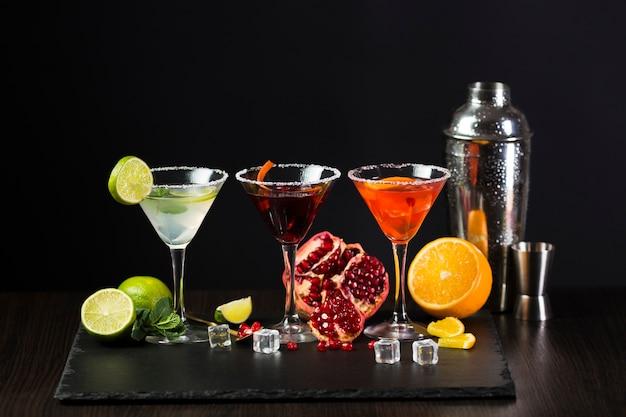 Vista frontal de copos coloridos de cocktail Foto gratuita