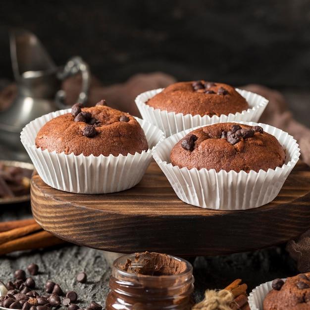 Vista frontal de cupcake saboroso com chocolate e chips Foto gratuita