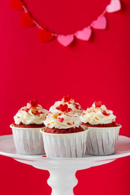 Vista frontal de cupcakes com granulado em forma de coração Foto gratuita