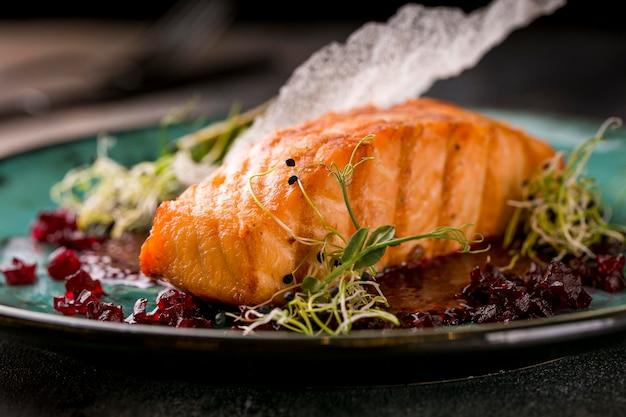 Vista frontal de deliciosa refeição de peixe cozido Foto gratuita