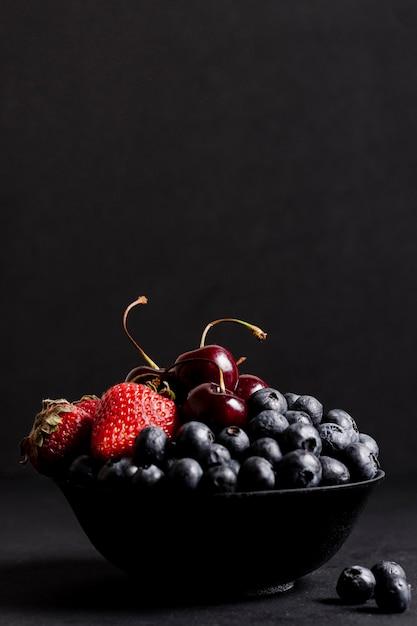 Vista frontal de deliciosas frutas mistas Foto gratuita