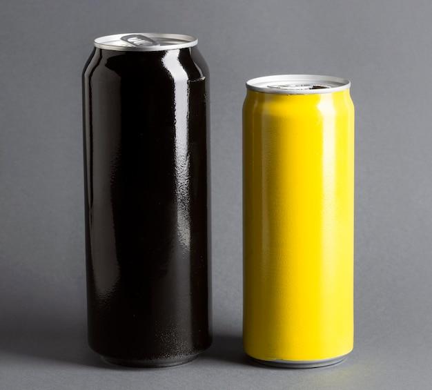 Vista frontal de latas de refrigerantes Foto gratuita
