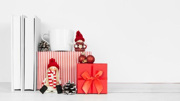 Vista frontal de livros e presentes de natal Foto gratuita