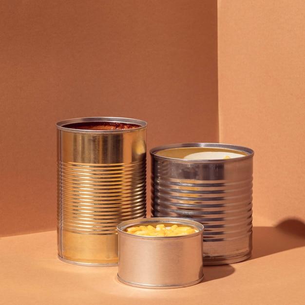Vista frontal de milho preservado em latas Foto gratuita