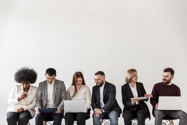 Vista frontal de pessoas de negócios com espaço de cópia Foto gratuita