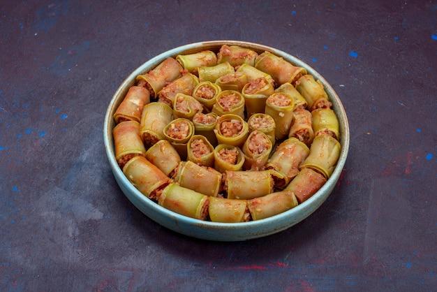 Vista frontal de rolos de carne enrolados com vegetais dentro da panela na superfície escura carne jantar comida refeição vegetais Foto gratuita