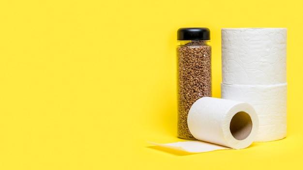 Vista frontal de rolos de papel higiênico com espaço de cópia Foto gratuita