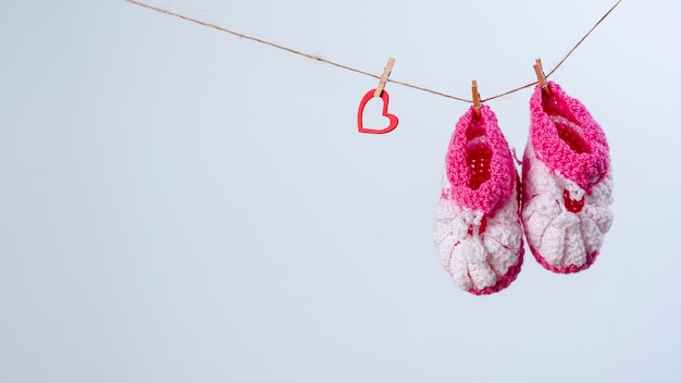 Vista frontal de sapatinhos de bebê fofo com espaço de cópia Foto gratuita