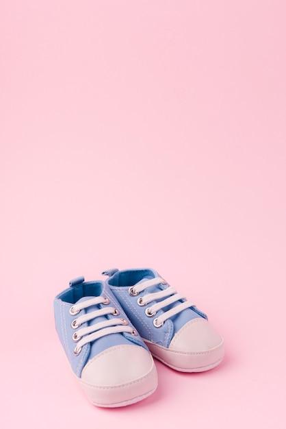 Vista frontal de sapatos de bebê Foto gratuita