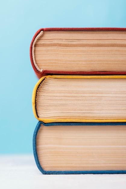 Vista frontal de três livros empilhados coloridos Foto gratuita