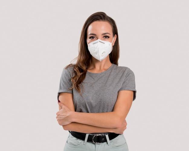 Vista frontal de uma linda mulher com máscara facial Foto Premium