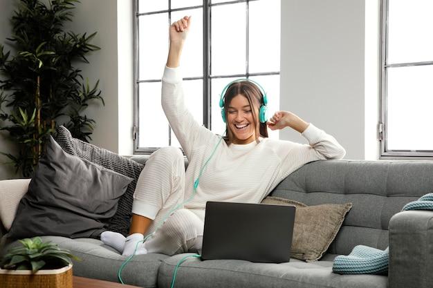 Vista frontal de uma linda mulher fazendo atividades em ambientes fechados Foto gratuita