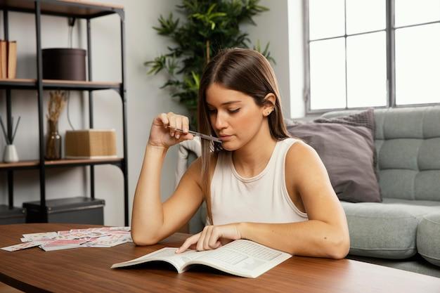 Vista frontal de uma linda mulher lendo um livro Foto gratuita
