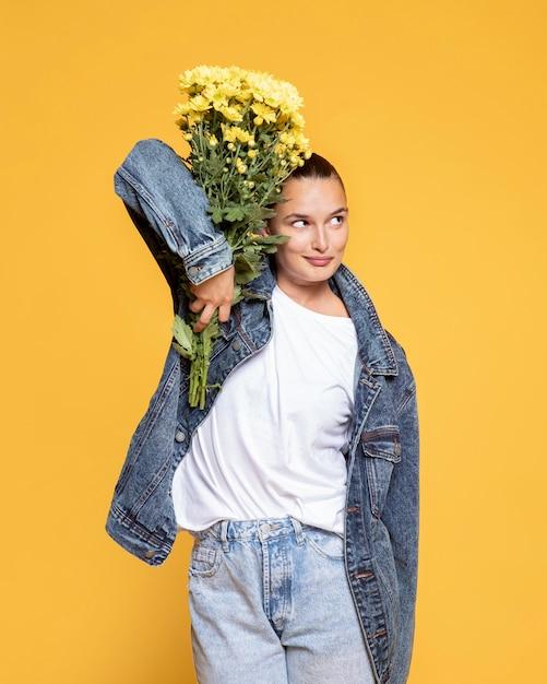 Vista frontal de uma mulher segurando um buquê de flores Foto gratuita