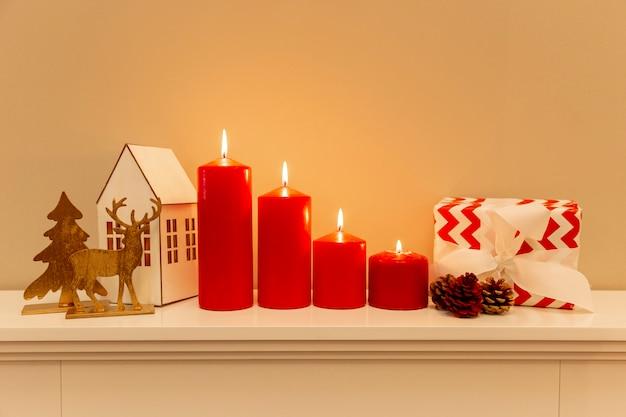 Vista frontal decorações de tema de natal na mesa Foto gratuita